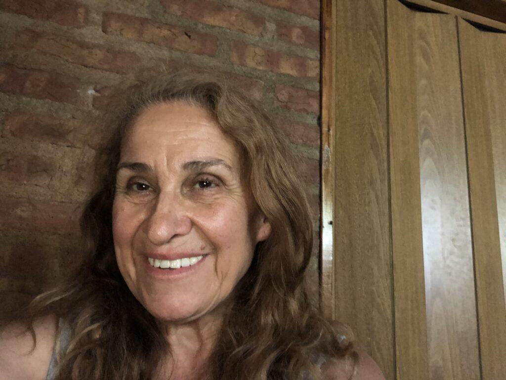 Profesora y licenciada en Letras. Amplia trayectoria como docente de establecimientos de enseñanza media y en institutos de formación docente de Neuquén, Argentina.